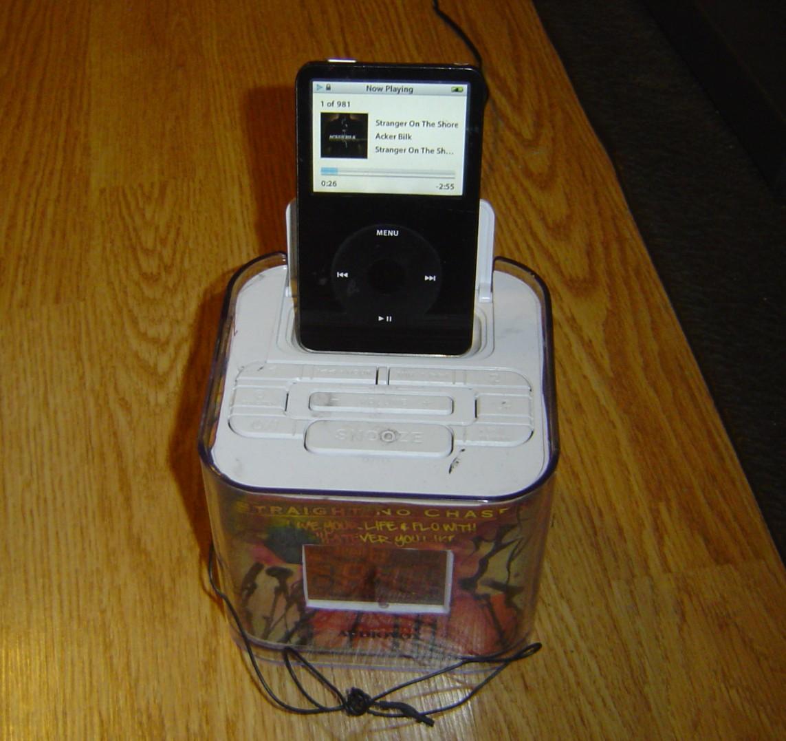 Free SHIP Audiovox CR8030IE5 Dual Alarm Clock Radio iPod iPhone Play Charge Dock